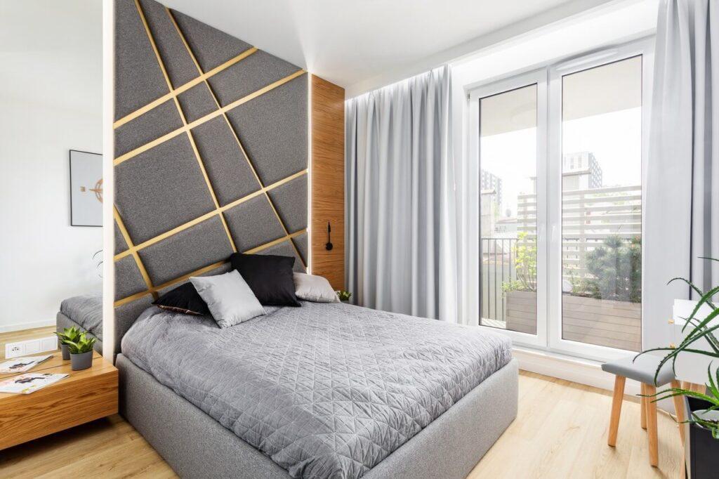 Duże łóżko w sypialni - 71-metrowe mieszkanie na Woli projektu Modify
