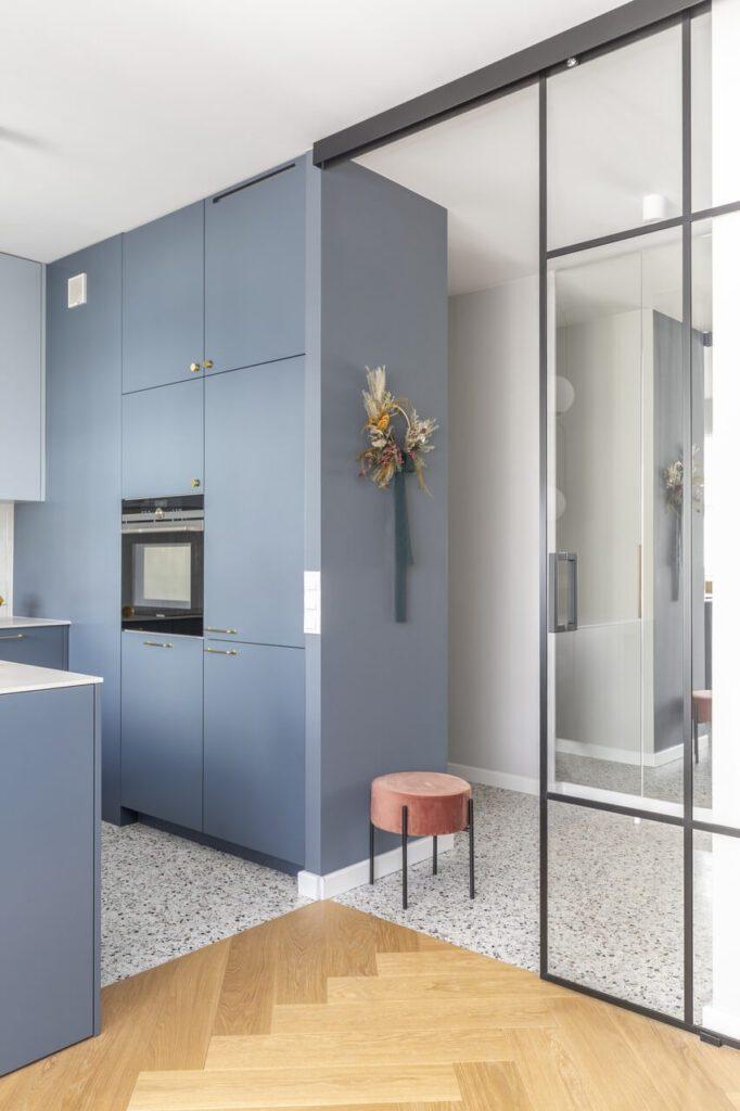 Apartament na osiedlu Mickiewicza na Żoliborzu - projekt Decoroom - foto Pion Poziom