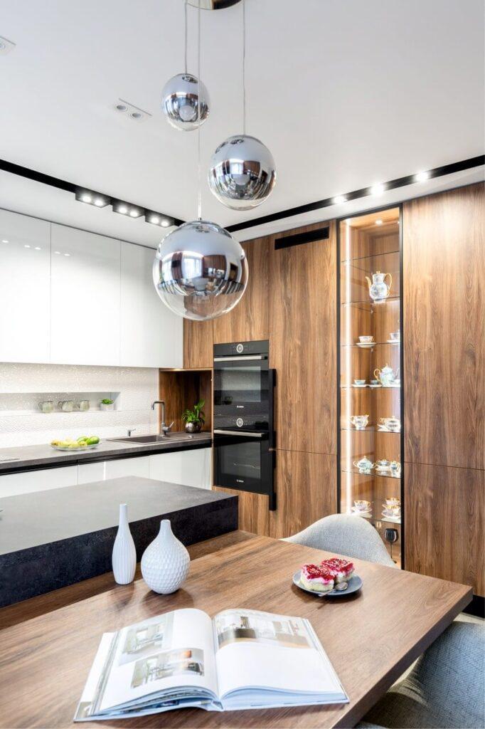 Dom o powierzchni 130m2 - projekt Agnieszka Morawiec - kuchnia z zabudową w kolorze białym i w kolorze drewna