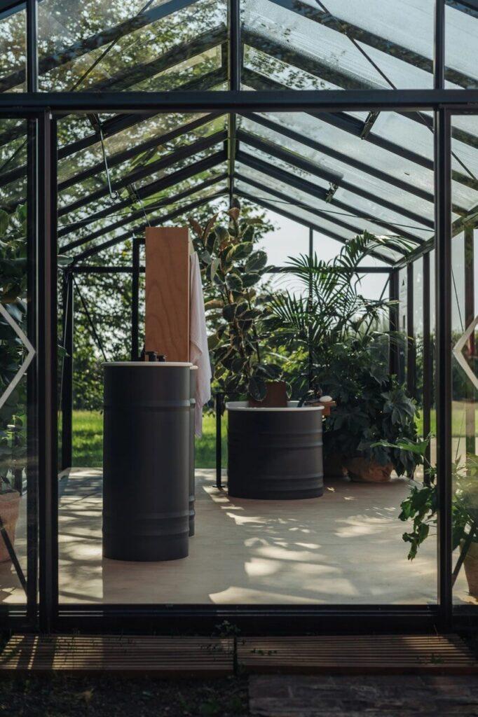 Biało czarna umywalka i wanna z kolekcji Vieques Outdoor projektu Patricii Urquioli dla marki Agape