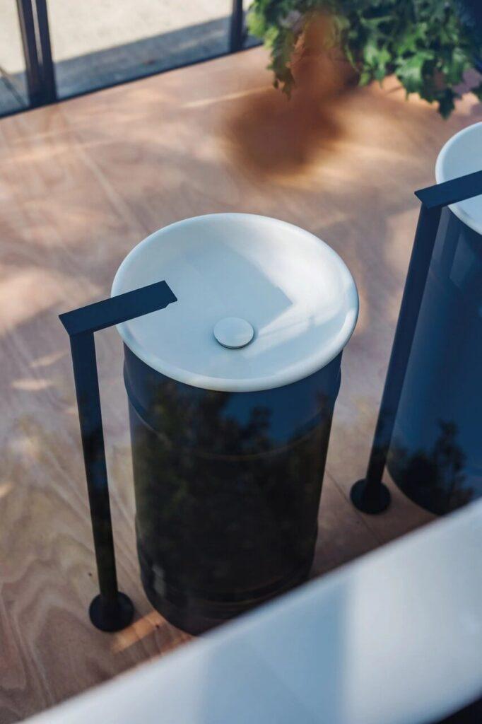Biało-czarna umywalka z kolekcji Vieques Outdoor projektu Patricii Urquioli dla marki Agape