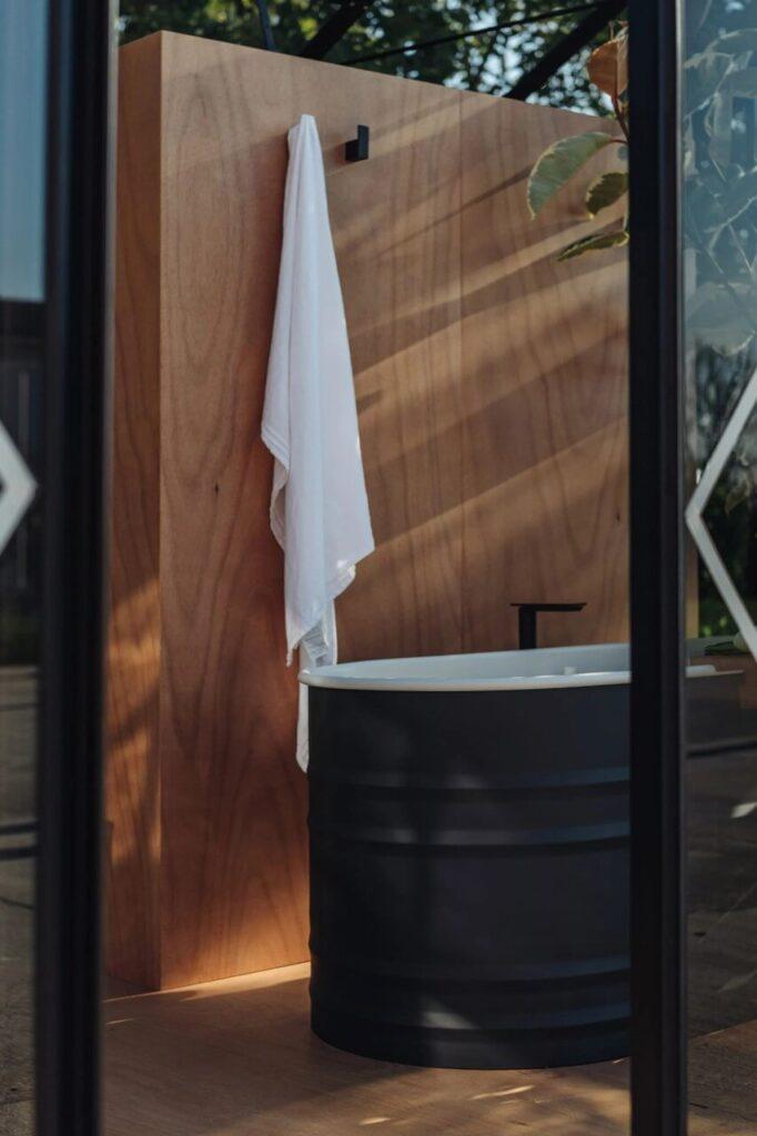 Biało-czarna wanna z kolekcji Vieques Outdoor projektu Patricii Urquioli dla marki Agape