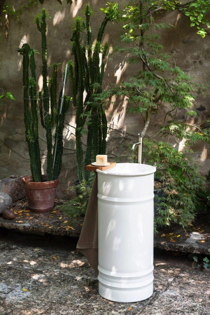 Biała stojąca umywalka z kolekcji Vieques Outdoor projektu Patricii Urquioli dla marki Agape