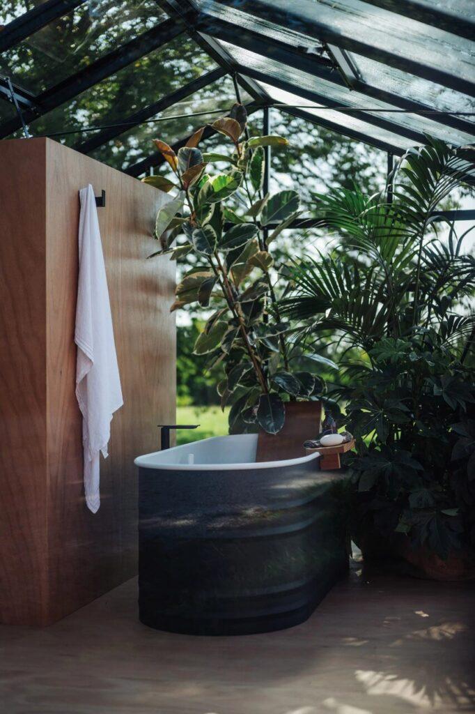 Biało-szara wanna z kolekcji Vieques Outdoor projektu Patricii Urquioli dla marki Agape