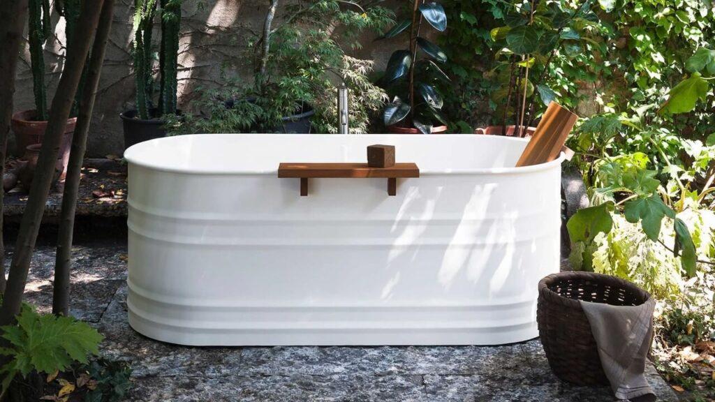 Biała wanna z kolekcji Vieques Outdoor projektu Patricii Urquioli dla marki Agape