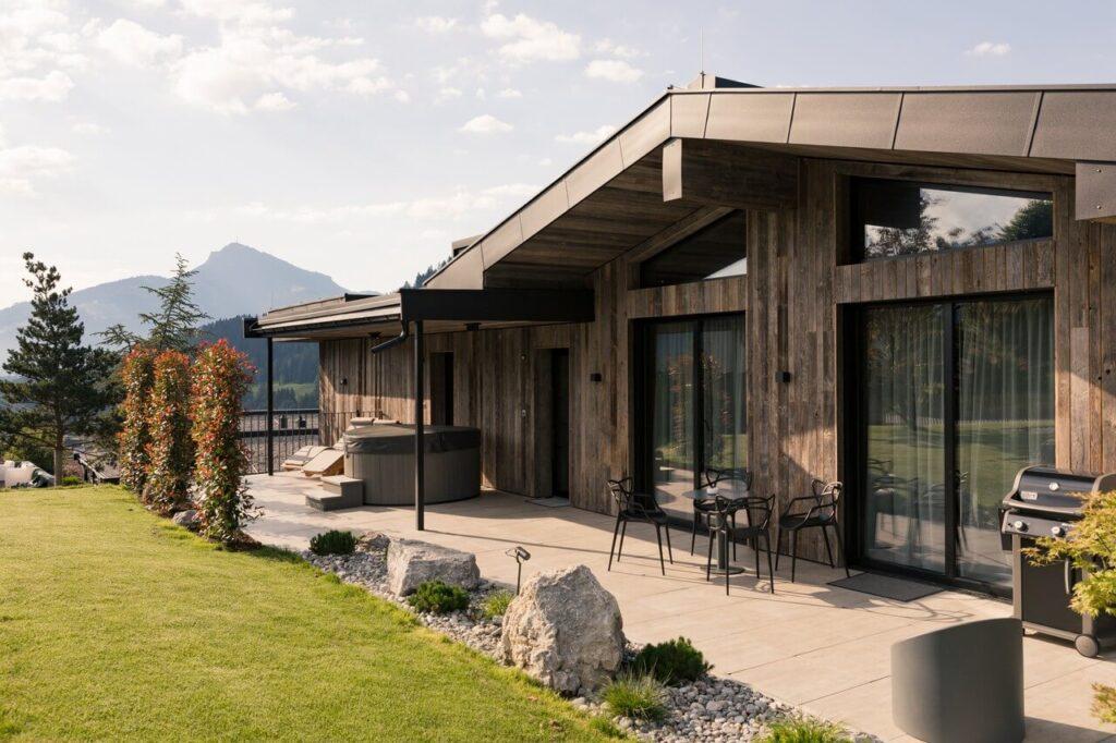 Going Triple A - kompleks drewnianych domów w austriackim Tyrolu - projekt Norbert Mitterer - foto Jenny Haimerl