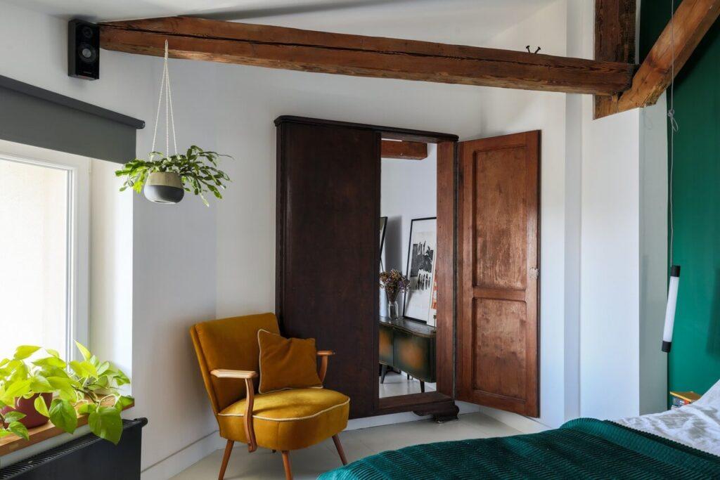 Wyjątkowa szafa w sypialni na poddaszu