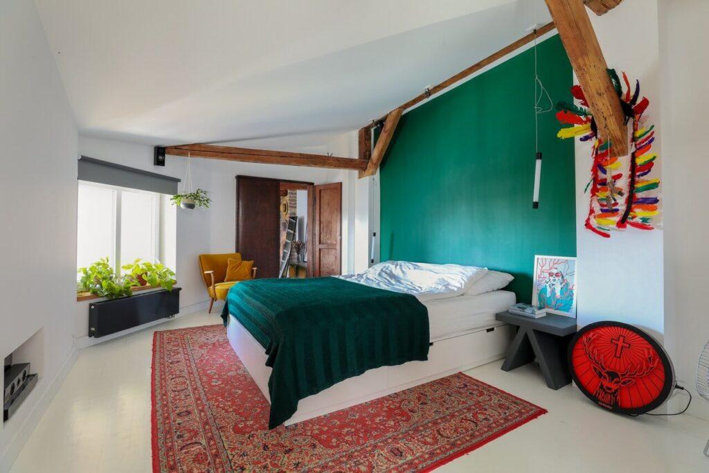 Sypialnia w mieszkaniu na poddaszu