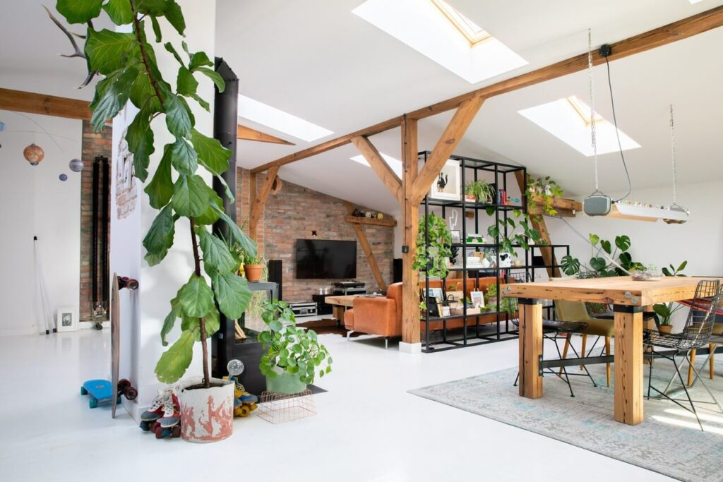 Przestronny salon na poddaszu projektu Szalbierz Design - foto Maja Musznicka Shine Studio