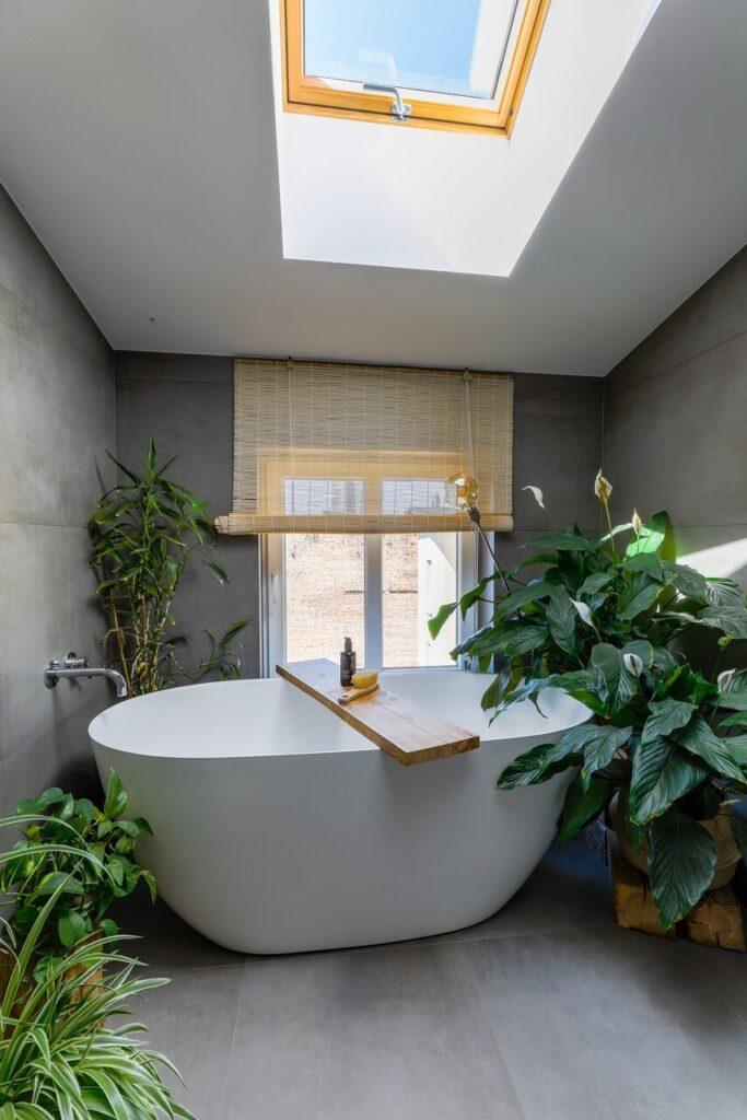 Łazienka na poddaszu z wanną wolnostojącą projektu Szalbierz Design - foto Maja Musznicka Shine Studio