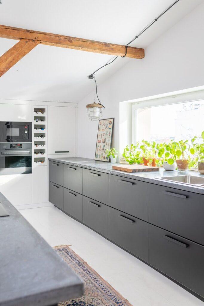 Kuchnia z wyspą na poddaszu projektu Szalbierz Design - foto Maja Musznicka Shine Studio