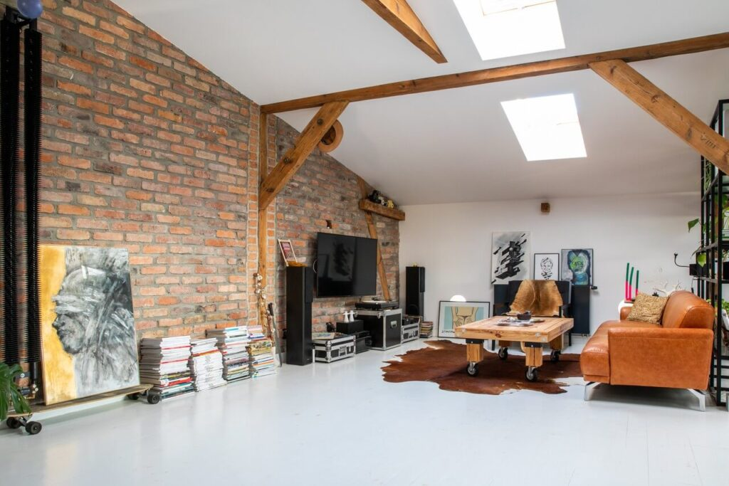 Garderoba w mieszkaniu na poddaszu Klimatyczne poddasze poznańskiej kamienicy projektu Szalbierz Design - foto Maja Musznicka Shine Studio