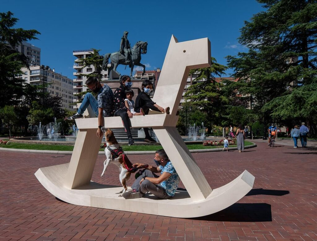 Pomnik konny Izy Rutkowskiej na Design Week Milano 2021