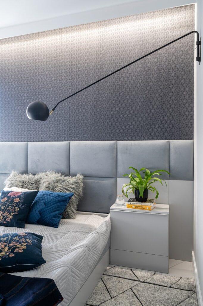 Szara sypialnia z dużym łóżkiem
