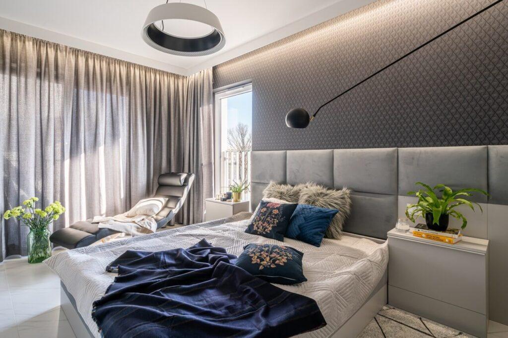 Szara sypialnia z widokiem