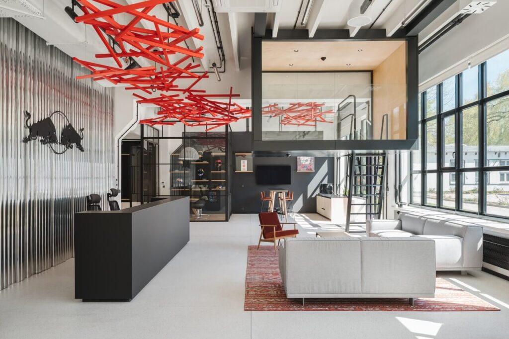 Instalacja na suficie - Biuro Red Bull projektu MXCF Architekci
