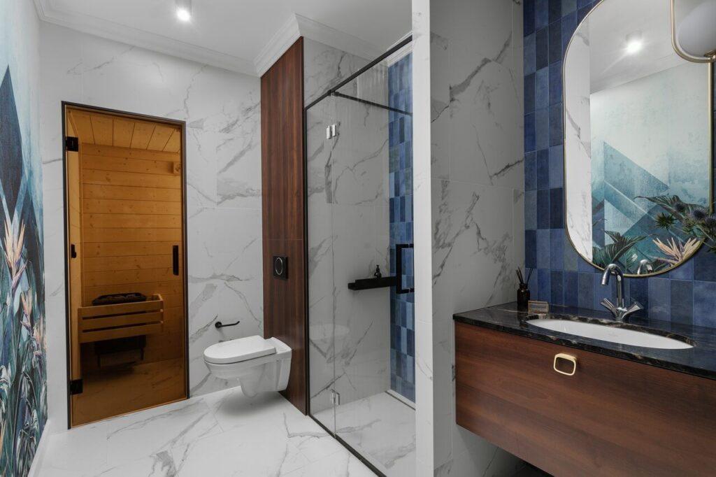Łazienka z jasnymi płytkami w projekcie Nubo Interior