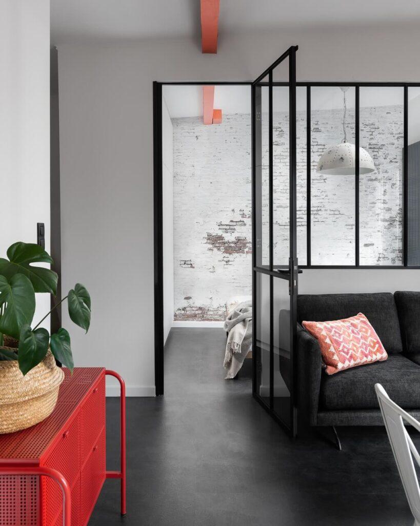 Loftowe przeszklenie w projekcie Good Vibes Interiors