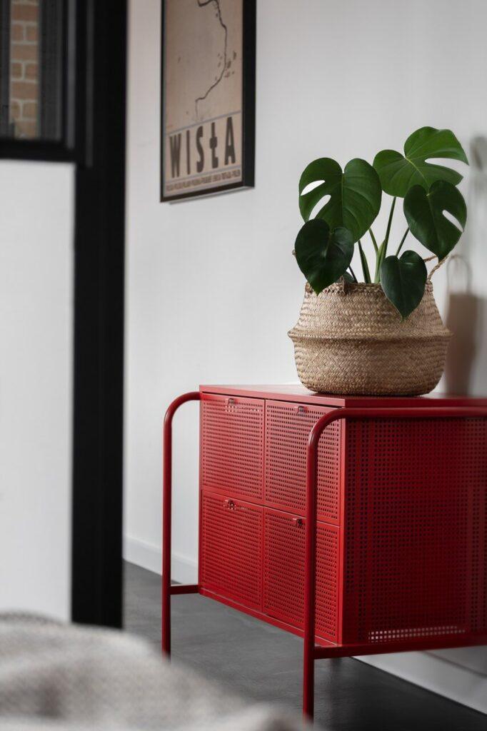 Czerwona szafka w stylu loftowym