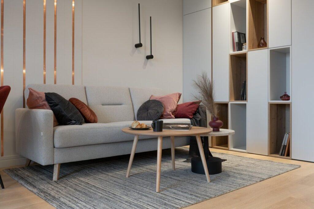 Okrągły, drewniany stolik w salonie