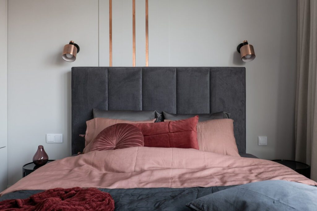 Duże łóżko z wezgłowiem w szarym kolorze
