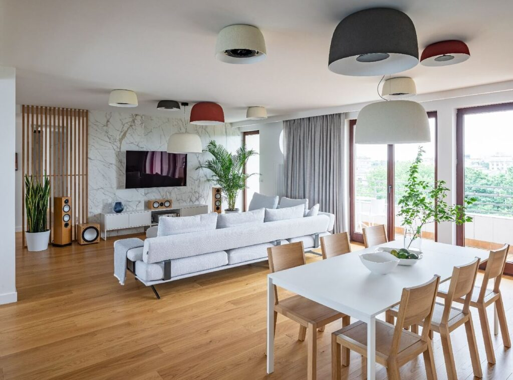 Przestronny salon z szarą sofą
