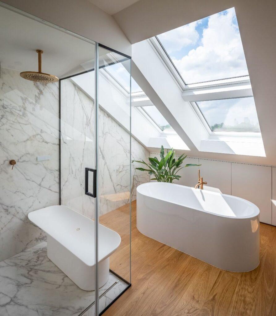Okno dachowe w łazience z wanną wolnostojącą