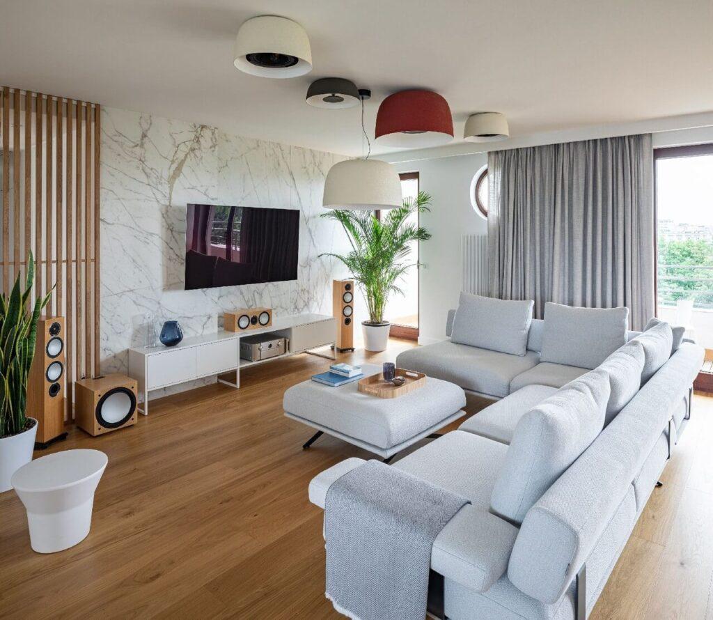 Szara sofa w przestronnym salonie