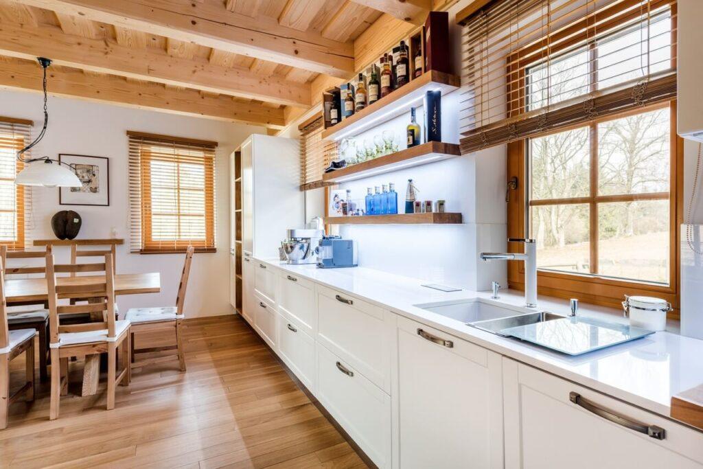 Jak wykończyć przestrzeń pomiędzy szafkami w kuchni - Crystal Absolute White