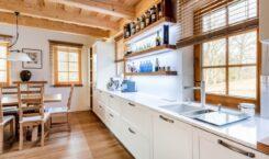 Jak wykończyć przestrzeń pomiędzy szafkami w kuchni?