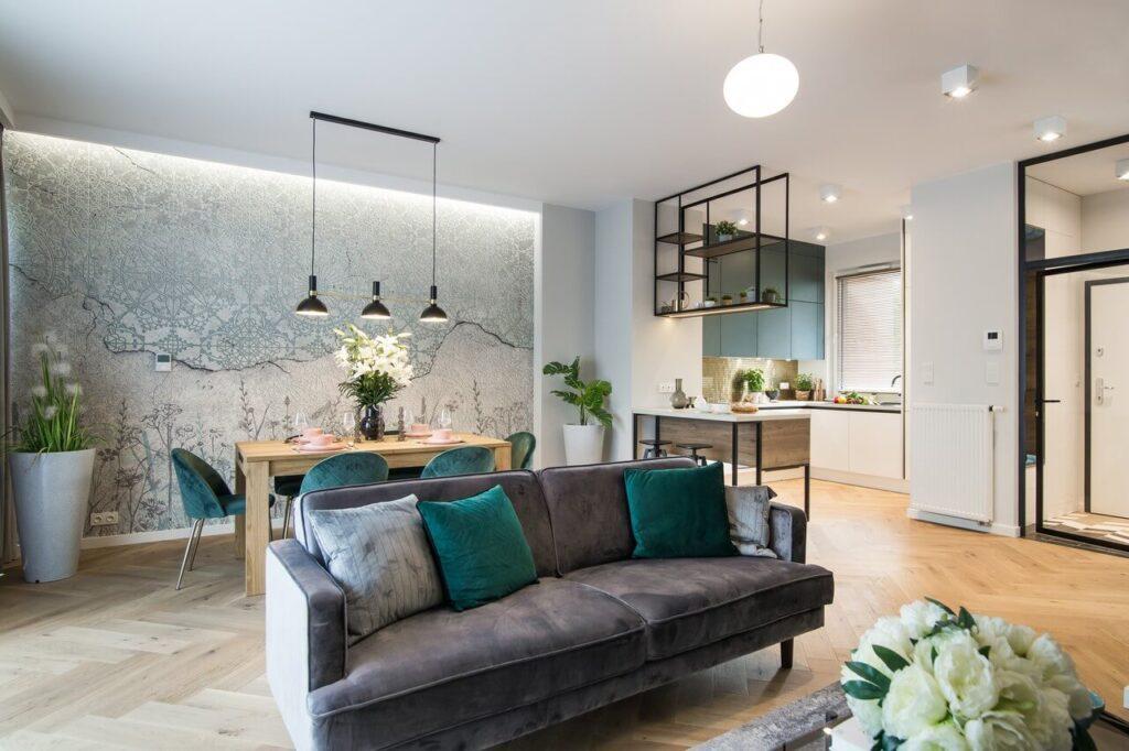 Ciemna kanapa z poduszkami w przestronnym salonie