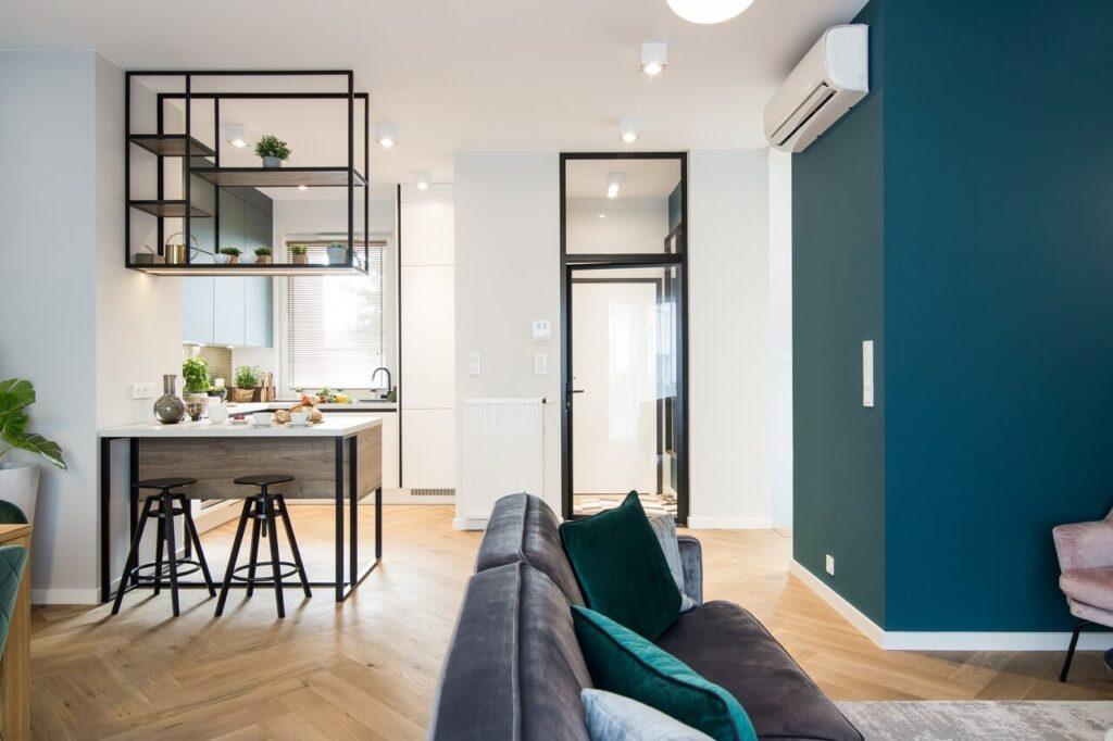 Salon połączony z kuchnią w 170-metrowym domu