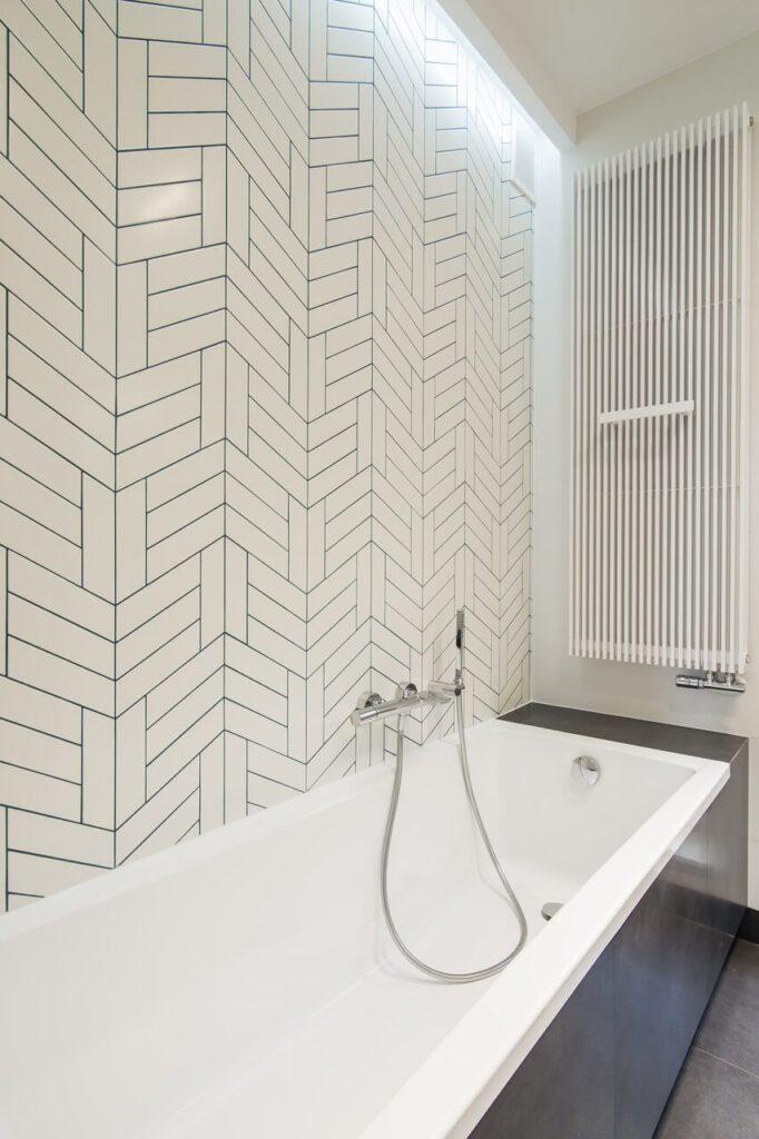 Heksagonalne płytki przy wannie w łazience