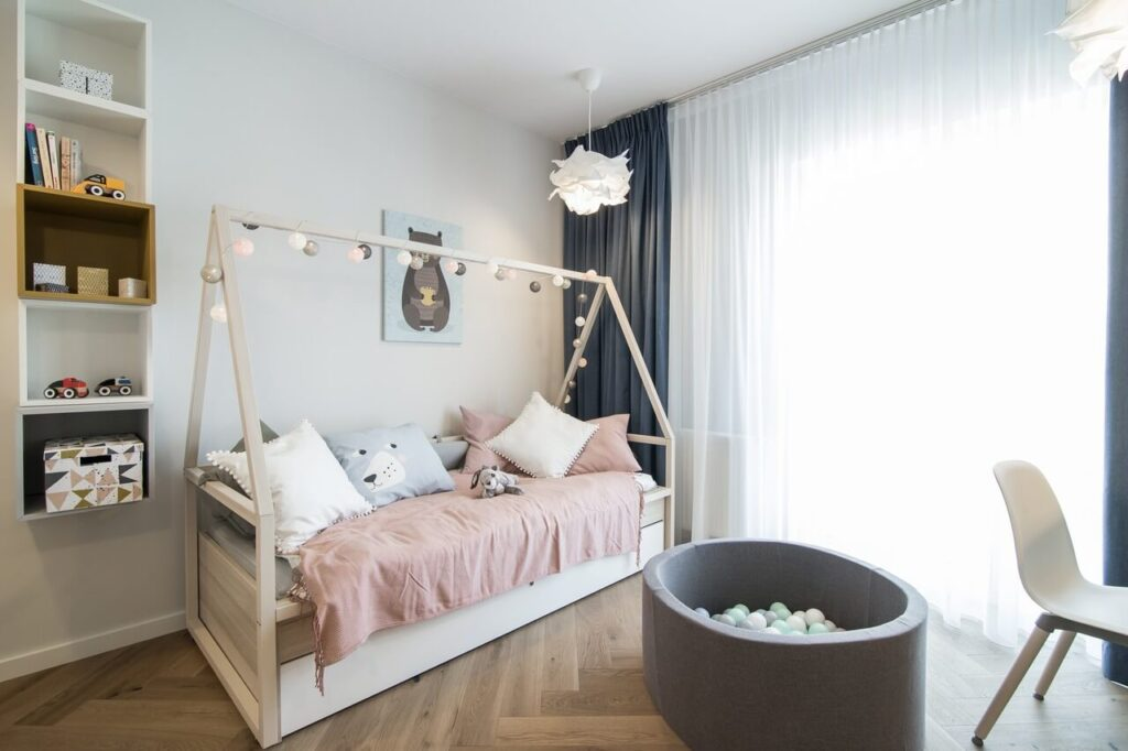 Stylowe łóżko dla dziewczynki w pokoju dziecięcym
